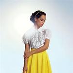 Črna in bela se podata k vsem barvam; odlično  tudi k rumeni.  Srajca, D&G, 338 €; krilo, Urška Drofenik, 165 €; čevlji, Mass, 75,99 €. (foto: Peter Uhan)