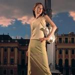 Schönbrunn V eni od 260 soban letne rezidence Habsburžanov obiskovalci še danes lahko občudujejo posteljo iz rdečega žameta, v kateri je cesarica Marija Terezija sprejemala goste v avdienco. Takšna moda sprejemanja gostov je prišla iz Francije, za Marijo Terezijo pa je bila velikokrat edini način dela, saj je bila med leti 1737 in 1756 skoraj neprenehoma noseča.  Krilo, Almira Sadar, 27.700 SIT, pletena majica, Almira Sadar, 19.700 SIT, torba z lesenim ročajem, The end, 12.900 SIT,  ročno izdelani čevlji, Mirakul, 22.500 SIT. (foto: Fotografije: Jure Breceljnik)