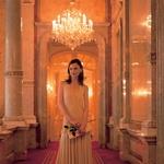 Hotel Imperial Najbolj prestižen hotel na Dunaju je tudi rezidenca, v kateri spijo državni gostje. Poleg kronanih glav in politikov so v njem spale tudi največje zvezde iz sveta mode in šoubiznisa. Fotografije smo posneli v kraljevskem apartmaju.  Obleka, Morgan, 20.990 SIT, torbica pismo, Mango, 3.999 SIT, prstan iz srebrne matice, Slowatch, 5.500 SIT, usnjeni salonarji, Marcopizzi, 28.800 SIT, uhani, Katarina Silk, 1.200 SIT. (foto: Fotografije: Jure Breceljnik)
