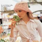 Belo krilo, Bellis, 5.900 SIT, rožnata karo srajčka, Ormi, 5.900 SIT, rožnat kvačkan klobuček, Rikoma, 2.490 SIT.