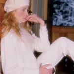 Volnena baretka, Emporium, 2.550 SIT; volnen puli, C.K. 42.186 SIT; volnena jopa z umetnim krznom, Persona, 21.440 SIT; volnene hlače, Dream, 8.400 SIT.  (foto: Fulvio Grisoni)