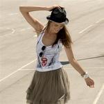 Obleka, H&M (49,90 €);  spodnja obleka, Miss Selfridge (46 €);  majica, Bershka (14,95 €);  klobuk, Zara (14,90 €);  sončna očala, Super (95 €);  ura, Morgan (75 €);  zapestnica, H&M (5,90 €);  čevlji, Rebel Love (89,95 €).  (foto: Suzan Celec)