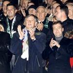 Ob našem predsedniku je ruskega predsednika Dmitrija Medvedjeva ves čas budno spremljal varnostnik. (foto: Goran Antley, Primož Predalič)