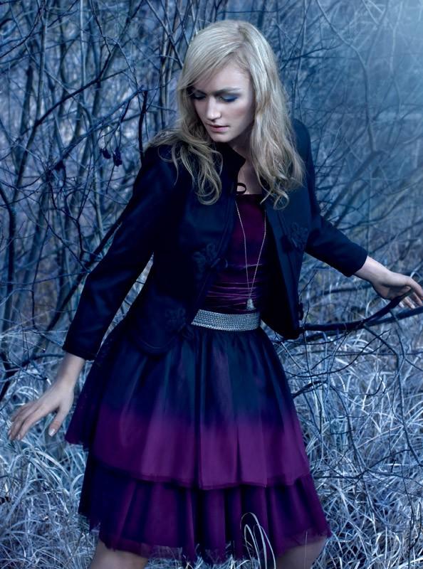Obleka, Adolfo Dominguez (390 €);  krilo s prelivajočimi barvami, H&M (9,95 €);  pas, Zara (29,95 €);  jakna, Kate Moss za Topshop (144 €);  verižica, Promod (9,90 €). (foto: Fulvio Grissoni)