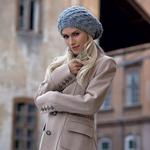 Plašč, Zara (139 €); baretka, Divided (7,95 €). (foto: Miran Juršič)