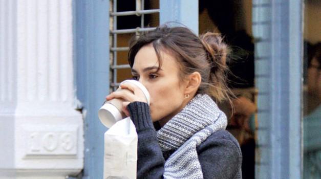 Keira Knightley: S šalom in vročo kavo (foto: Vir Adriamedia (Story))
