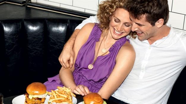 Bolj kot formalna večerja nama diši slasten hamburger (foto: Chris Clinton)