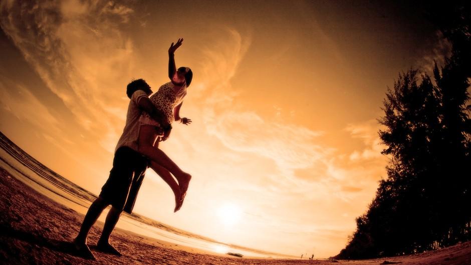 Opustite pretirana sanjarjenja o idealni ljubezni in pričakovanja o njeni izpolnitvi. Ljubezen ponavadi pride takrat, ko o njej najmanj razmišljate. (foto: Shutterstock)