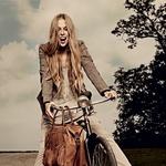 Klasičen fantovski suknjič - Suknjič, Pepe Jeans; obleka, Promod; hlače, s.Oliver Selection; čevlji, Topshop; torba, Max&Co..http://www.cosmopolitan.si/admin/multimedia/photo/122620
