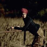 Obleka, Ralph Lauren (275 €); suknjič, Bershka (49,99 €); hlačne  nogavice, Calzedonia (11,95 €); ruta kot turban, Nama (24,90 €); gležnjarji, N2H (34,95 €). (foto: Mimi Antolović)