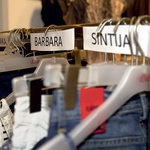 Pred stilskim izzivom so še zadnjič pogledovale po oblačilih. (foto: Cosmopolitan april 2011)