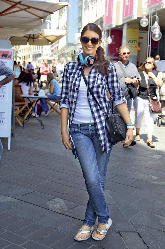 Alenka se dobro počuti v džinsu, a ga bo v najbolj vročih dneh vse manj. V njeni garderobi bodo prevladovale poletne obleke ter japonke, ki jih bo nosila s kul sončnimi očali. Ker je nora na očala, ima celo svojo blagovno znamko sončnih očal XRAY. Zelo pogost modni dodatek ulične mode mladih, ki pa ni samo to, saj je njegova prvotna funkcija poslušanje glasbe, so velike slušalke. (foto: Lisa)