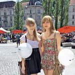 Tara in Eva - imata radi kratke oblekice v vintage stilu z drobnimi vzorčki cvetlic ali drugih motivov. Poleti izbirata svetle barve. (foto: Lisa)