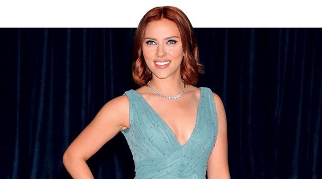 Si vedela, da je Scarlett Johansson tako pisano poslikana? V filmih njen tatu maskerji vedno spretno prekrijejo. (foto: Cosmopolitan)