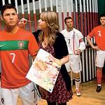 Seveda je svojo, lepo pobarvano lutko dobil tudi prvi nogometni zvezdnik Cristiano Ronaldo. (foto: profimedia.si)