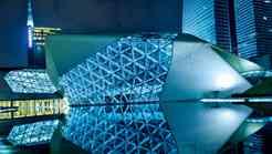 Iračanka Zaha Hadid sodi med najvplivnejše arhitekte sedanjosti