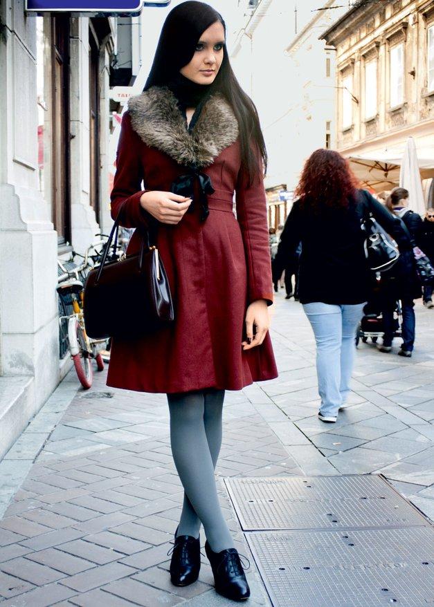 Dekleta se tudi v zimskem času pogumno sprehajajo v visokih petkah. (foto: Anže Frantar)