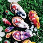 Zaljubljeni kot škratki: Urška Grčar, ki ustvarja pod imenom Urškine drobtinice, je zaradi ljubezni do pravljičnega sveta iz fimo mase izdelala majhne zaljubljene škratke, ki spijo v lupinicah orehov in pistacij. Več njenih škratkov domuje na spletni strani www.rokodelskadruzinagrcar.com/urskinedrobtinice. (foto: osebni arhiv ustvarjalk, Petra Cvelbar)