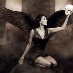 David obožuje temačno tematiko, zato je neustavljivo lepoto ženske predstavil na svojstven in nadvse izviren fotografski način – kot zapeljivega temnega angela. (foto: osebni arhiv Davida Bevca)