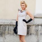 Obleka Barbara Plavec,  370 EUR Rokavice Maxi market,  27,90 EUR Obutev Buffalo  (Humanic), 99,90 EUR Torbica SHM  (Humanic), 34,95 EUR Uhani Six, 4,95 EUR (foto: Helena Kermelj, Profimedia.si)