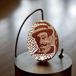 """Vrhniški pirh: """"Vrhniški pirh je zaščiten in velja za izum, ki je patentiran kot okrasek iz jajčne lupine,"""" nam je zaupal gospod Franc Grom, ki se je vrtanja v jajca z zobotehničnim orodjem lotil pred 18 leti. V tem obdobju je nastalo približno 700 vrhniških pirhov, a natančnega števila žal ne pozna, saj jih je začel oštevilčevati šele pred nekaj leti. """"Odkar je vrhniški pirh zaščiten, je vsako jajce oštevilčeno. Ob njem dobiš dokument s poreklom in z vsemi podatki. Za vsako jajce je napisano tudi, koliko lukenj ima, ker jih štejem."""" Pirh, ki ima 24.000 luknjic, je za zdaj rekorder v njegovi bogati zbirki in je nastal v prvem poskusu. (foto: Lisa Press)"""