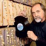 Dragan Bulič je znan ne le kot radijska legenda, ampak tudi kot pionir diskoteke Turist. Dragan je namreč delal tudi kot didžej! »Startal sem leta 1981 v Turistu, saj je imel Janoš Kern idejo, da bi nekdo vrtel staro glasbo. To je bil čas zanimivih četrtkovih večerov, na katerih je igral živi bend Zorana Crnkoviča, jaz pa sem med njihovimi `pavzami` vrtel muziko z gramofonov in tudi s kaset. Potem smo se razšli in sem eno leto delal v Valentinu, pozneje pa še v Palmi, tisti čas najbolj znani ljubljanski diskoteki,« je na kratko strnil dolgoletno kariero didžeja.  (foto: Goran Antley)