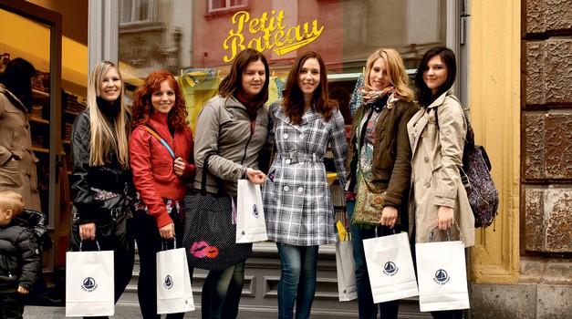 Začelo se je v luštni trgovinici Petit Bateau, kjer je modna urednica Cosma Maja Možic dekleta postavila pred zanimivo modno nalogo. (foto: promo)