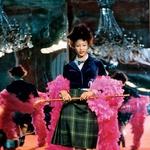 Drugačni od drugih Njeni indigo čevlji z vrtoglavo visoko peto iz kolekcije Anglomania, v katerih je Naomi Campbell padla sredi modne brvi, kar je izzvalo veliko medijsko pozornost, so razstavljeni v muzeju Victoria and Albert. (foto: story press)