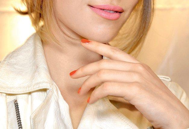 Nohti pod žarometi: Vroče mačke so tokrat krempeljčke pomočile v svetle kričeče barve, polne bleščic. Trend, ki ga vidiš na sliki, lahko ponarediš z roza lakom za nohte, ki ima bleščice vseh barv (Zoya desno je za to odličen). Če ti bleščice niso všeč, pa je alternativa manikira v živahnem rdeče oranžnem tonu. (foto: All About Fashion, Christopher Coppola/Studio D., arhiv proizvajalcev,  Alex Štokelj)
