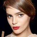Ustnice v soju sveč: Rdeča barva na ustnicah fantom pospeši utrip. Kombiniraj močno barvo in prosojen lesk, pa dobiš vražjo kombinacijo. Dodaten lesk namreč še bolj poudari rdečo barvo ter naredi ustnice polne in izzivalne.