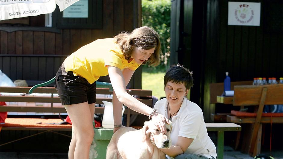Prikaz masaže psa stoje. (foto: Lisa Press)