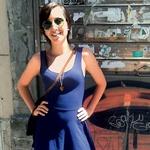 Oh ta šesdeseta!  Všeč nam je modra obleka  A-linije v kombinaciji z visokimi sivimi sandalami. (foto: Maja Možic, Manca Čampa)