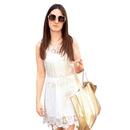 Čipkasto: Vse, kar potrebuješ za popoln dan v mestu – bela čipkasta obleka v družbi platnene torbice in velikih očal.