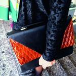 Črtast vzorec Temna oblačila lahko super popestriš z vzorčasto ruto ali torbo.  (foto: Maja Možic, Manca Čampa)
