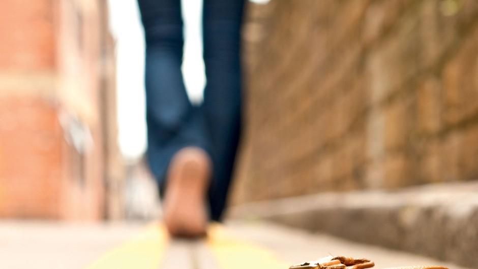 Bi vrnila denar, ki si ga našla na tleh? (foto: Shutterstock)