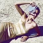 Za zaščito obleke so manekenko podložili s polivinilom, da ne bi na pesku uničili kreacije. (foto: Lea)
