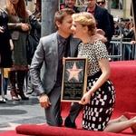 Ko je lepa igralka Scarlett Johansson na hollywoodskem pločniku slavnih dobila svojo zvezdo, jo je na svečani ceremoniji podpiral prav Jeremy, ki je z njo zaigral v akcijski znanstvenofantastični pustolovščini Maščevalci. (foto: Profimedia, Shutterstock, Karantanija cinemas, Getty Images)
