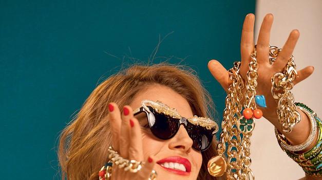 Modna starleta Anna dello Russo z ekstravagantnim nakitom, ki ga je oblikovala za blagovno znamko H & M. (foto: H & M Press)