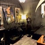 V prostorih Male črne galerije se najde veliko nenavadnih stvari. (foto: Goran Antley)