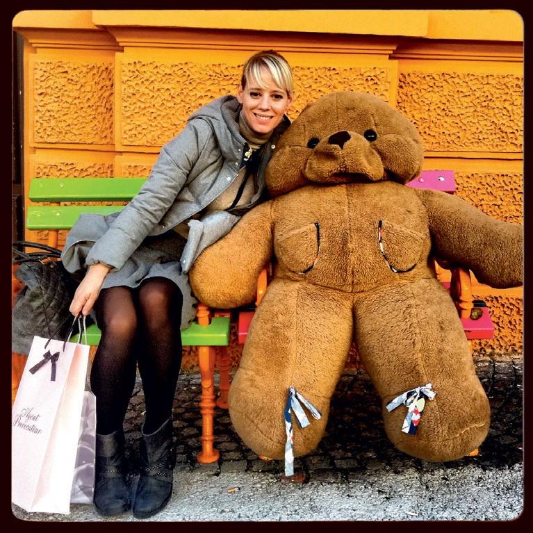 Se na ljubljanskih ulicah crkljale z medvedjim prijateljem.