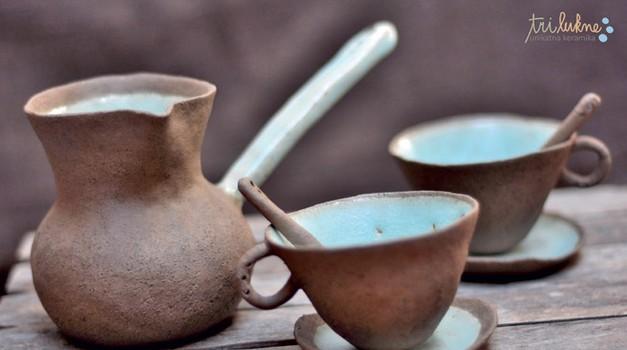 Posode za kuhanje turške kave in skodelice Ane Haberman, ki ustvarja pod blagovno znamko Tri Lukne (http://trilukne.si), so uporabne, poleg tega pa tudi prava paša za oči. Cene: od 20 do 30 EUR. (foto: ustvarjalci)