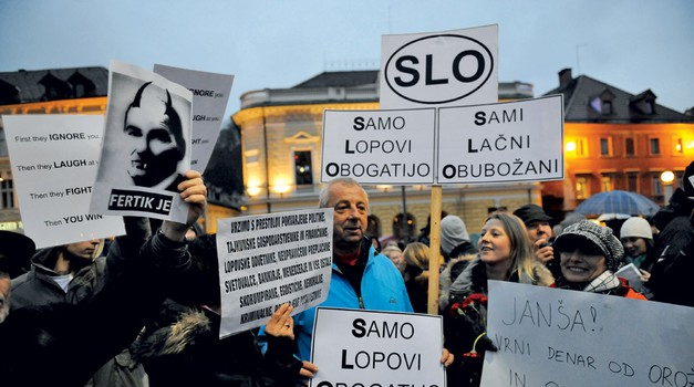 @ninagaspari Politika bo ljudem prisluhnila. Všečno. Realnost: že včeraj so spokali kufre in šli iz Ljubljane. (foto: Primož Predalič in Goran Antley)
