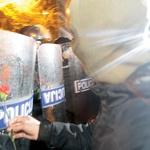 @SuzanaP24ur Zaradi nasilnežev občutili solzivec tudi mirni protestniki in novinarji, snemalci. Ob tem je eden od protestnikov, ki je še pred nekaj minutami razgrajal, stopil do policistov in enemu podaril rožo. Dodajmo, da v znak solidarnosti tudi policisti danes nosijo rože. (foto: Primož Predalič in Goran Antley)
