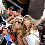 Taylor je znana po tem, da se rada druži z oboževalci.  (foto: Matt Jones, Angela Weiss ...)