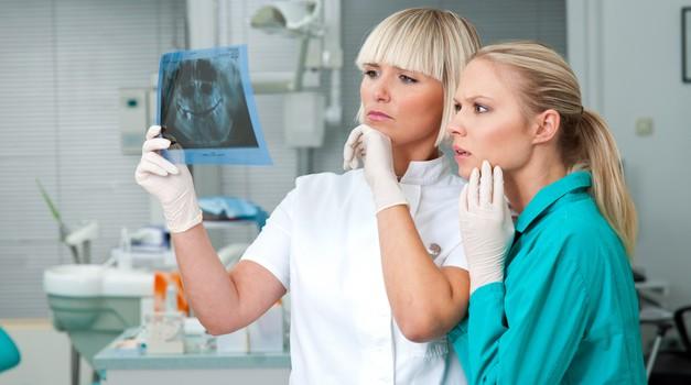 Je čiščenje zobnega kamna le kaprica zobozdravnikov? (foto: shutterstock)