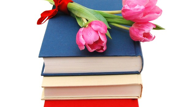 Dijaki s tulipani opozarjali na dobrodelno akcijo zbiranja knjig (foto: shutterstock)