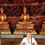 V enem od najstarejših templjev v Bangkoku pod kipcem Bude. (foto: Osebni arhiv)