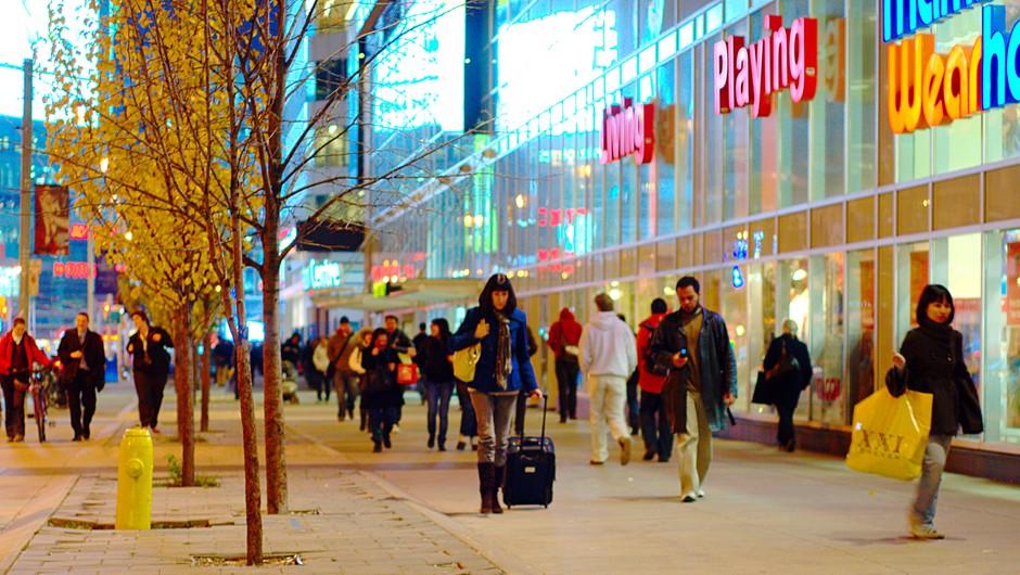 Navadno nakupovanje lahko tokrat nadomestiš z nakupovanjem iz naslonjača. (foto: Foter.com)