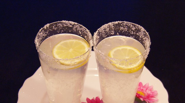 Odlična limonada: namesto sladkorja ji lahko dodaš javorjev ali agavin sirup. Rob kozarca pa okrasiš s sladkorjem! (foto: Živa Gedei)