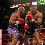 Svetovno javnost je šokiral junija 1997, med drugim dvobojem proti Evanderju Holyfieldu, ko je svojemu tekmecu odgriznil delček ušesa in ga nato z gnusom izpljunil na tla. (foto: Red Dot, Rex Features)